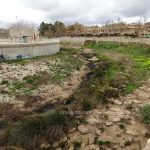 A plug of wet wipes causes a spill of sewage in the Gorgos riverbed